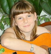Milena mit Gitarre 004[1][1][1].jpg