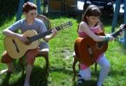 Milena-mit-Gitarre-005-klei.jpg